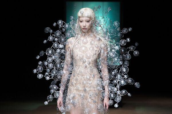Modelka na pokazie Iris Van Herpen's podczas tygodnia mody w Paryżu, sezon jesień/zima 2017-18 - Sputnik Polska