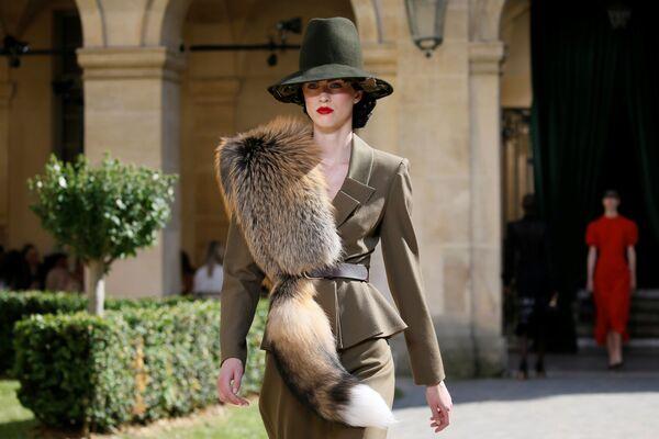 Modelka na pokazie rosyjskiego projektanta Ulyana Sergeenko podczas tygodnia mody w Paryżu, sezon jesień/zima 2017-18 - Sputnik Polska