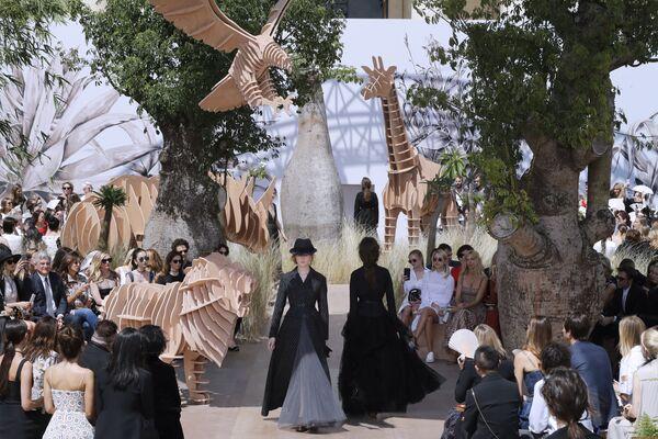 Modelki na pokazie designerskiego domu Christian Dior podczas tygodnia mody w Paryżu, sezon jesień/zima 2017-18 - Sputnik Polska