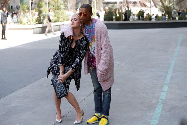 Amerykańscy piosenkarze Katy Perry i Pharrell Williams przed rozpoczęciem pokazu Chanel podczas tygodnia mody w Paryżu, sezon jesień/zima 2017-18 - Sputnik Polska