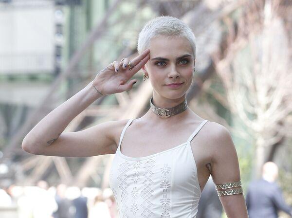 Modelka Cara Delevingne przed pokazem Chanel podczas tygodnia mody w Paryżu, sezon jesień/zima 2017-18 - Sputnik Polska