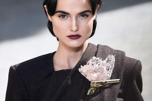Modelka na pokazie Ulyana Sergeenko podczas tygodnia mody w Paryżu, sezon jesień/zima 2017-18 - Sputnik Polska
