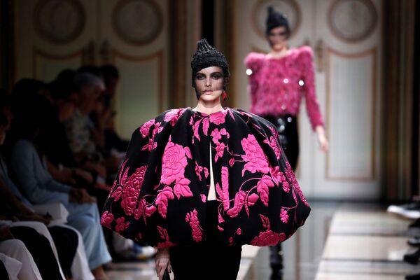 Modelka na pokazie Giorgio Armani podczas tygodnia mody w Paryżu, sezon jesień/zima 2017-18 - Sputnik Polska