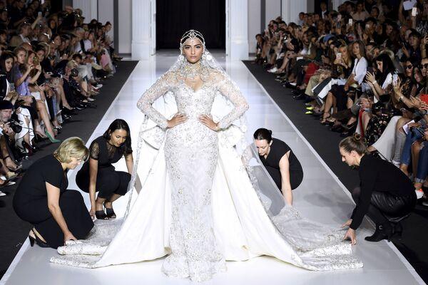 Indyjska aktorka Sonam Kapoor prezentuje suknię od projektanta Ralph and Russo podczas tygodnia mody w Paryżu, sezon jesień/zima 2017-18 - Sputnik Polska