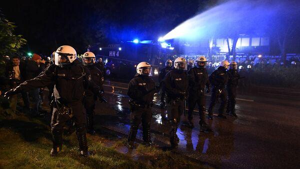 Policja użyła armatek wodnych przeciwko demonstrantom w Hamburgu, 04.07.2017 - Sputnik Polska