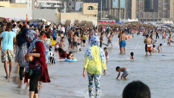 Ludzie na plaży w Trypolisie, Libia - Sputnik Polska