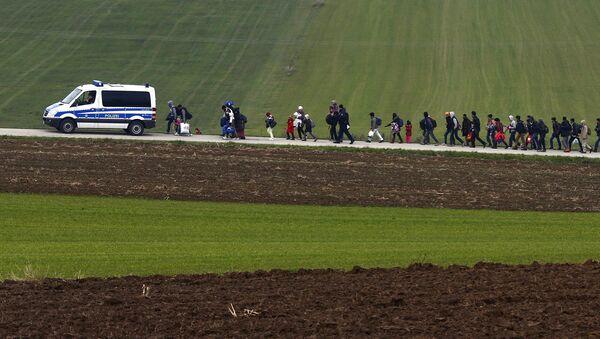 Migranci pod konwojem niemieckiej policji po przekroczeniu austriacko-niemieckiej granicy - Sputnik Polska