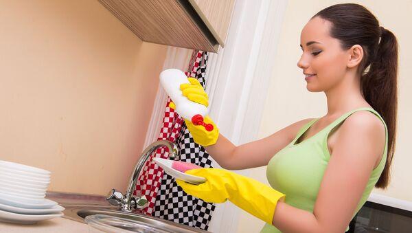 Kobieta myjąca naczynia - Sputnik Polska