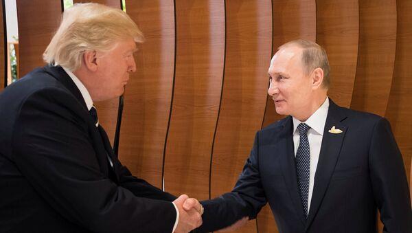 Władimir Putin i Donald Trump podczas szczytu G20 w Hamburgu - Sputnik Polska
