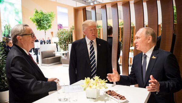Prezydent USA Donald Trump, prezydent Rosji Władimir Putin i przewodniczący Komisji Europejskiej Jean-Claude Juncker w czasie szczytu G20 w Hamburgu - Sputnik Polska
