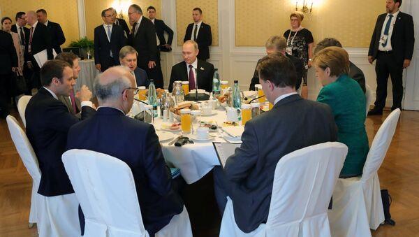 Robocze śniadanie w Hamburgu z udziałem Angeli Merkel, Władimira Putina i Emmanuela Macrona - Sputnik Polska
