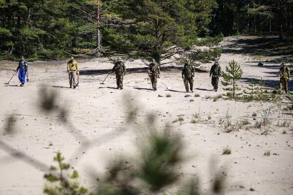 Wolontariusze biorący udział w wyprawie Gogland z wykrywaczem metali na wyspie Bolszoj Tiuters w Zatoce Fińskiej. - Sputnik Polska
