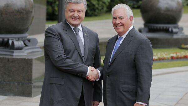Petro Poroszenko i Rex Tillerson podczas spotkania w Kijowie - Sputnik Polska