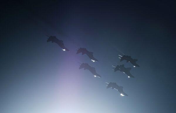 Wielozadaniowe myśliwce MiG-29 zespołu akrobacyjnego Striżi wypełniają demonstracyjny lot podczas obchodów 105-lecia Sił Powietrzno-Kosmicznych Rosji w Petersburgu - Sputnik Polska