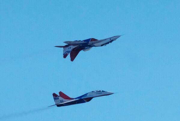 Wielozadaniowe myśliwce MiG-29 zespołu akrobacyjnego Striżi podczas obchodów 105-lecia Sił Powietrzno-Kosmicznych Rosji w Petersburgu - Sputnik Polska