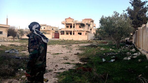 Żołnierz Syryjskiej Arabskiej Armii na terenie wyzwolonej wsi Osman w prowincji Dera - Sputnik Polska