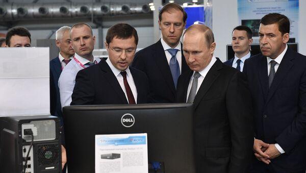 Dyrektor ds. zleceń szczególnych korporacji państwowej Rostech Wasilij Browko i prezydent Rosji Władimir Putin na 8. międzynarodowych targach przemysłowych INNOPROM-2017 - Sputnik Polska