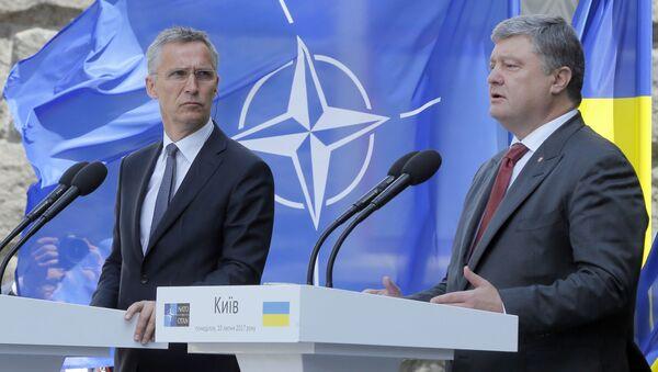 Sekretarz generalny NATO Jens Stoltenberg i prezydent Ukrainy Petro Poroszenko na konferencji prasowej w Kijowie - Sputnik Polska