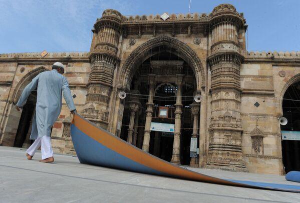 Indyjski muzułmanin przed meczetem w indyjskim mieście Ahmedabad - Sputnik Polska
