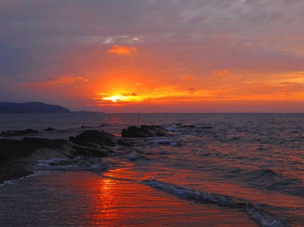 Zachód słońca na wyspie Okinoshima, Japonia - Sputnik Polska