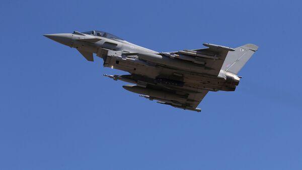 Myśliwiec Eurofighter Typhoon Sił Powietrznych Wielkiej Brytanii podczas lotu - Sputnik Polska