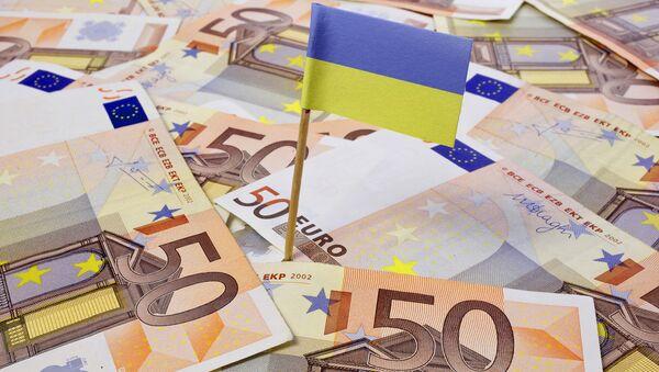 Flaga Ukrainy na tle banknotów euro - Sputnik Polska