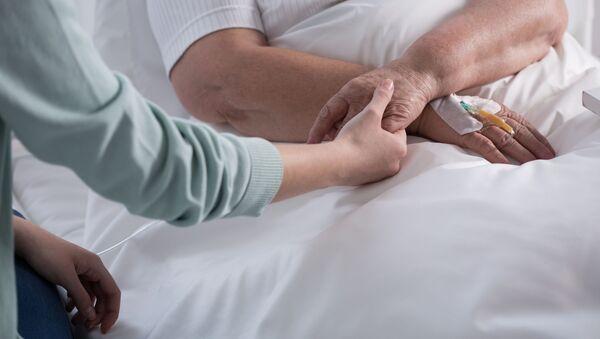 Kobieta chora na raka w obecności bliskiej osoby - Sputnik Polska