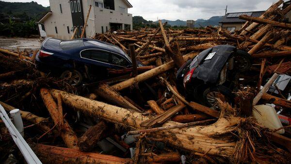 Обломки автомобилей и деревьев после тайфуна в японском городе Асакура - Sputnik Polska