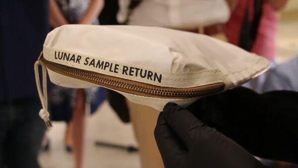Torba Neila Armstronga z pyłem księżycowym na sprzedaż. - Sputnik Polska