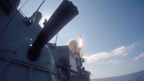 Wystrzelenie z rosyjskiego okrętu pocisku manewrującego Kalibr - Sputnik Polska