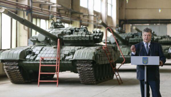 Ukraiński lider Petro Poroszenko w czasie wystąpienia we lwowskiej fabryce czołgów - Sputnik Polska