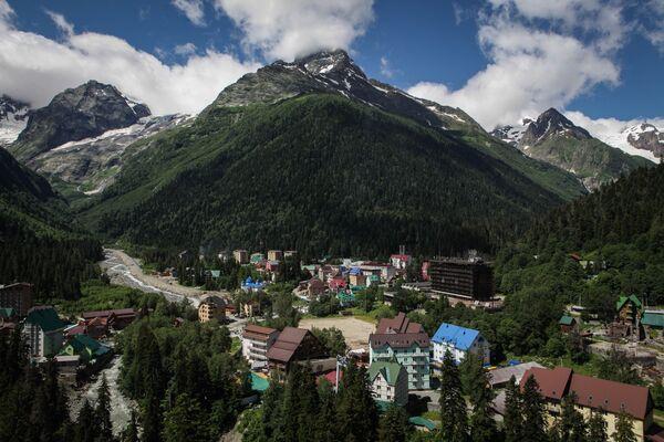 Dombaj jako centrum zimowego sportu narciarskiego jest jednym z najpopularniejszych miejsc w Rosji. - Sputnik Polska