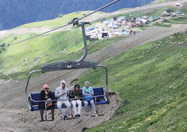 Narciarze i ci urlopowicze, którzy wypoczywają na górskich zboczach mogą skorzystać z kolejek linowych. Po wspięciu się na wysokość 2400 metrów turyści mogą rozkoszować się panoramą łańcucha śnieżnych gór o szerokości ponad 30 kilometrów. - Sputnik Polska