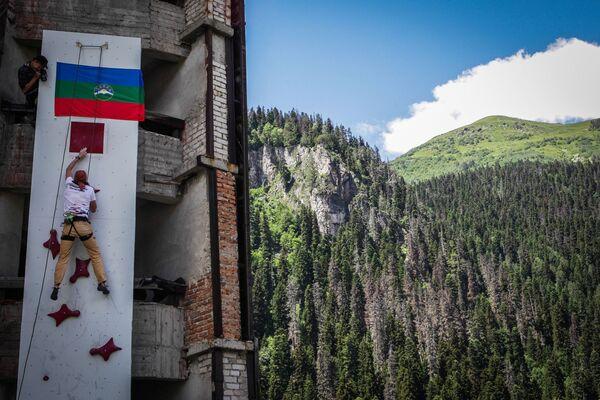 """Dombaj ze swoimi nieprzystępnymi szczytami górskimi jest jedną z głównych """"mekk"""" alpinizmu w Rosji. - Sputnik Polska"""