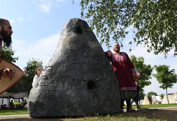 Uczestnik festiwalu Bitwa tysiąca mieczy. Ragnarök 2017 w moskiewskim parku Kolomienskoje. - Sputnik Polska