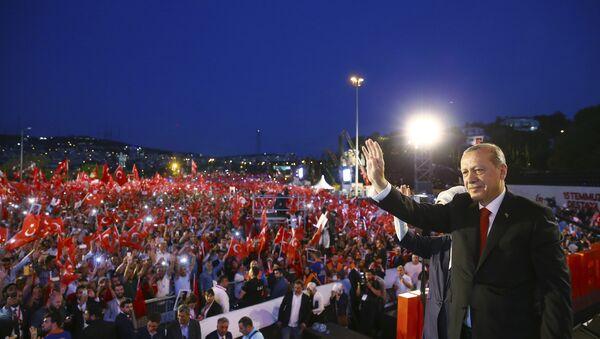 Recep Tayyip Erdogan podczas uroczystości w Stambule, 15.07.2017 r. - Sputnik Polska