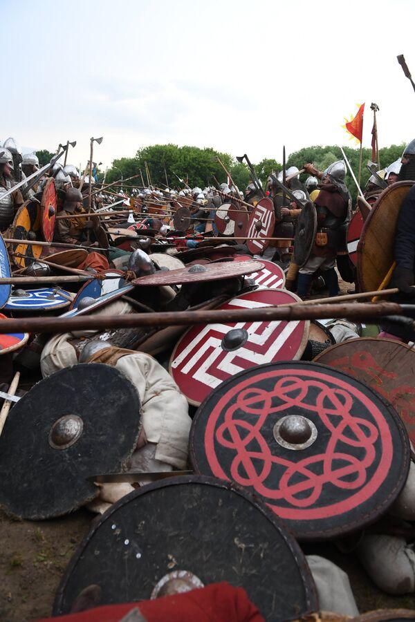 Rekonstrukcja walki podczas festiwalu Bitwa tysiąca mieczy. Ragnarök 2017 w moskiewskim parku Kolomienskoje. - Sputnik Polska