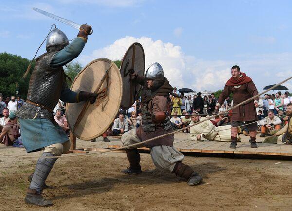 Uczestnicy pojedynku podczas festiwalu Bitwa tysiąca mieczy. Ragnarök 2017 w moskiewskim parku Kolomienskoje. - Sputnik Polska