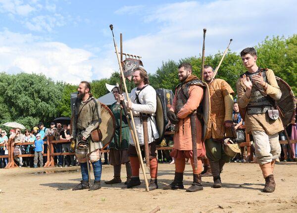 Uczestnicy festiwalu Bitwa tysiąca mieczy. Ragnarök 2017 w moskiewskim parku Kolomienskoje. - Sputnik Polska
