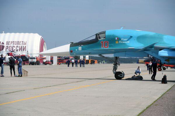 Wielozadaniowy bombowiec taktyczny Su-34 na poligonie podczas przygotowań do otwarcia Międzynarodowego Salonu Lotniczego i Kosmicznego MAKS-2017 w Żukowskim. - Sputnik Polska