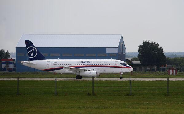 Samolot Suchoj SuperJet 100 na poligonie podczas przygotowań do otwarcia Międzynarodowego Salonu Lotniczego i Kosmicznego MAKS-2017 w Żukowskim. - Sputnik Polska