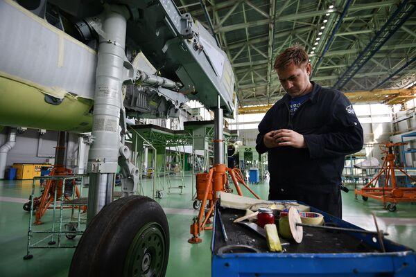 Pracownicy w hali montażowej myśliwców wielozadaniowych MIG-29. - Sputnik Polska