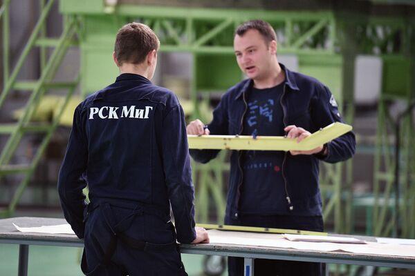 Inżynierowie w hali montażowej  wielozadaniowych myśliwców MiG-29. - Sputnik Polska