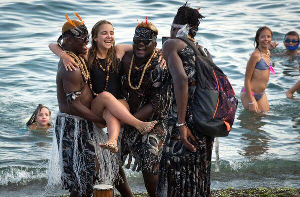 Fotografia z obcokrajowcami na plaży w Sudaku. - Sputnik Polska