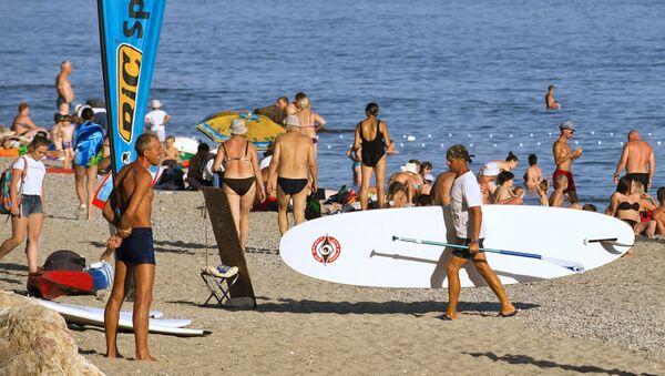 Wczasowicze na plaży w Sewastopolu Jasper. - Sputnik Polska