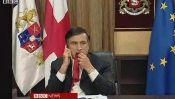Saakashvili chewing his tie as he waited for a BBC interview. - Sputnik Polska