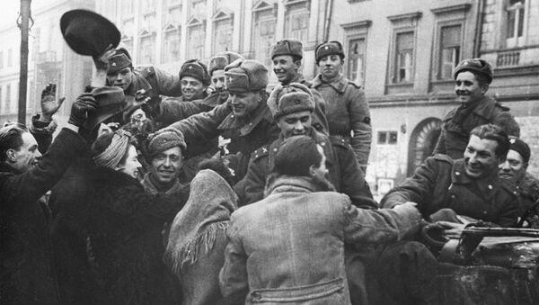 Mieszkańcy wyzwolonego Krakowa witają żołnierzy Armii Radzieckiej - Sputnik Polska