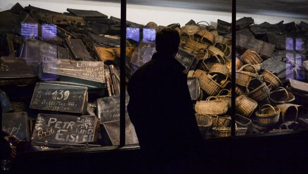 Odwiedzający w muzeum stworzonym na terytorium byłego obozu koncentracyjnego Auschwitz-Birkenau w Oświęcimiu - Sputnik Polska