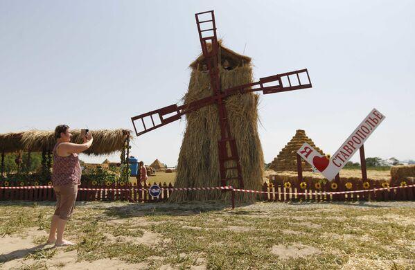 Słomiany park rozrywki na terenie farmy Ponomarevo w Kraju Stawropolskim - Sputnik Polska