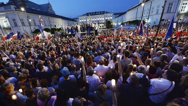 Demonstracja przed Pałacem Prezydenckim w Warszawie w obronie sądów - Sputnik Polska
